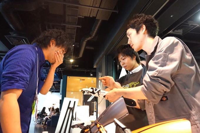 【写真】参加者に真剣にハンディーの説明をしているイクシーのメンバー