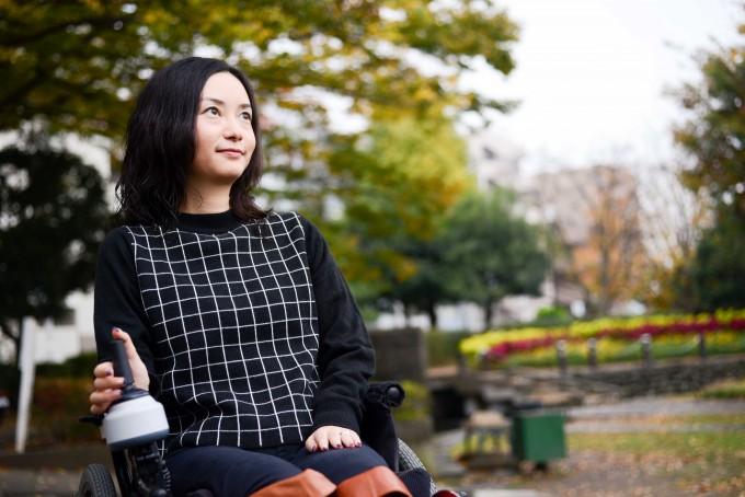 【写真】車椅子に座り遠くを力強く見つめるおだゆりこさん