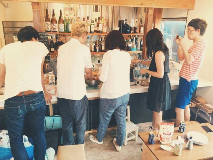 【写真】料理を作りながら交流をしている参加者の皆さん。