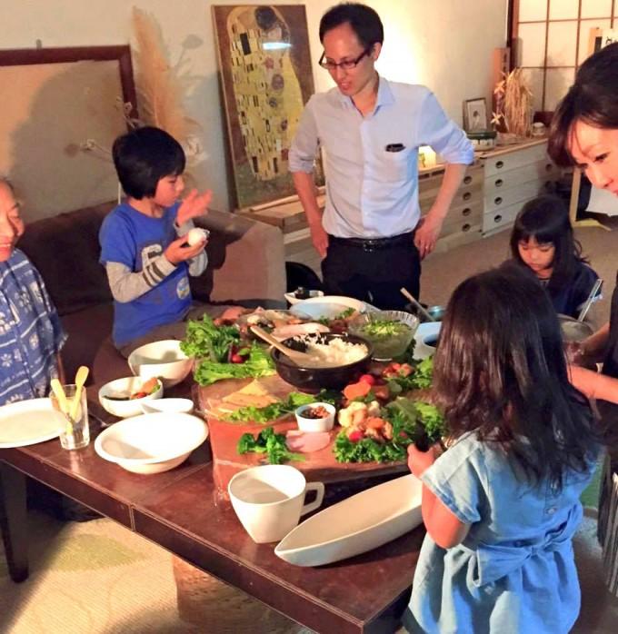 【写真】地域の子どもも大人も集まる食卓。美味しそうにご飯を食べている。