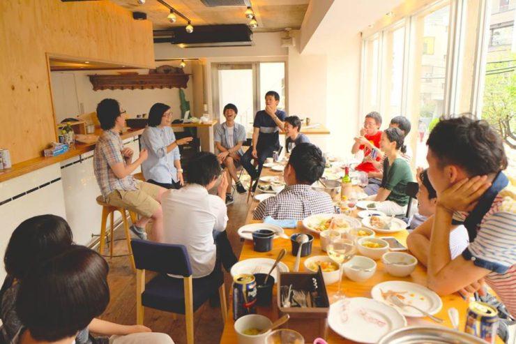 【写真】やるきありみのイベントで楽しそうに話す参加者の方々。