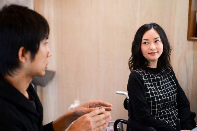 【写真】インタビューに応える真剣な表情のゆりこさんとよういちさん