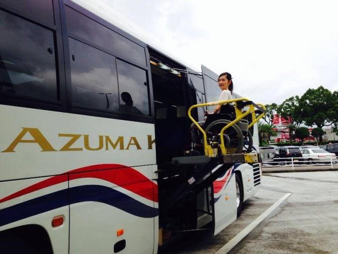 【写真】電動リフトで車椅子に乗ったままゆりこさんがバスに乗っている。