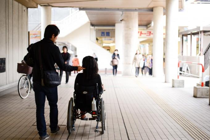 【写真】車椅子に乗っているゆりこさんとよういちさんの後ろ姿。