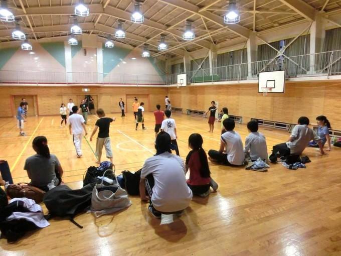【写真】ドッチビー大会の様子。ドッチボールを楽しそうにしている参加者やステージで休憩している参加者もいる。