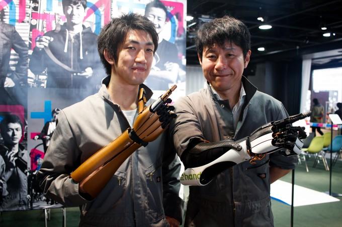 左がhandiii開発者の近藤さん、右が義手ユーザーの森川さん。