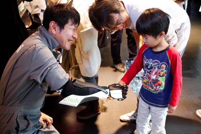 【写真】子供と笑顔で握手をするもりかわあきらさん
