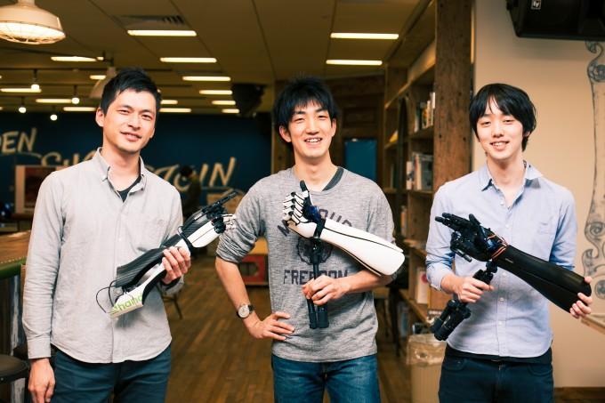 【写真】ハンディーを持って笑顔で並ぶイクシーのメンバー