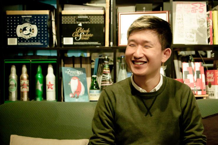 【写真】微笑んでインタビューに応えるおおたなおきさん