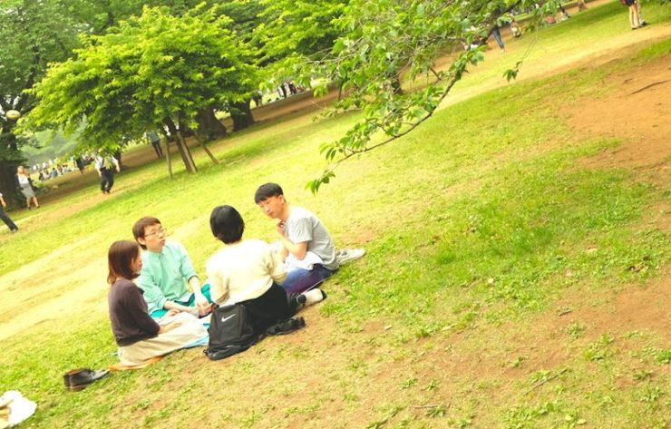 【写真】昼間の公園でピクニックをしながら話を聞いているおおたなおきさん