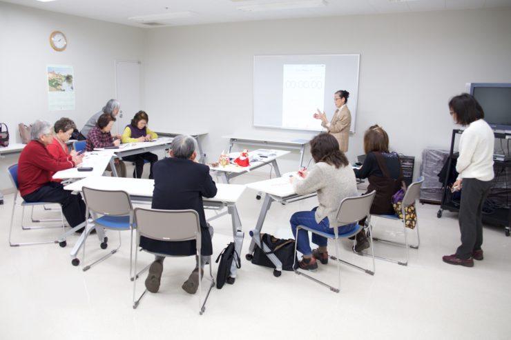 【写真】スマホ講座の様子。参加者は高齢者が多く、講義を真剣に聞いている。