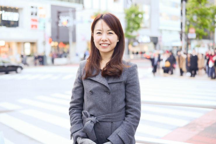 【写真】街頭に立って微笑むもりやまたかえさん