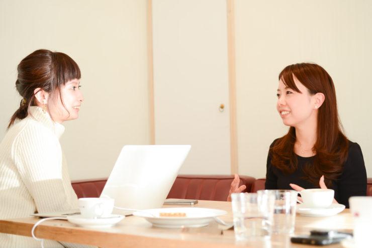 【写真】向かい合って座って真剣にインタビューに応えるもりやまたかえさんとライターのくどうみずほ