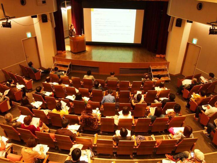 【写真】子どもたちの置かれた現状を伝えるチャイルドイシューセミナーの会場は満席だ。