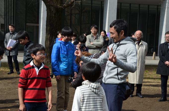 【写真】ためすえさんを囲んで話を聞く子どもたち。楽しそうな表情をしている。
