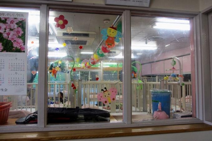 ベビーベッドが所狭しと並ぶ東京都内のある乳児院。定員35人のベッドルーム2つに、0~2歳児が暮らしている。HRW ホームページより
