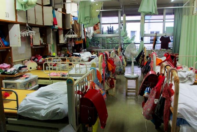 岩手県にある児童養護施設の、女子用の寝室。8人部屋で、個人の空間は唯一ベッドの上だけ。HRWホームページより