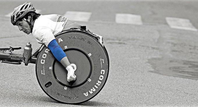 【写真】道路で走る車椅子マラソンの選手。真剣な表情。