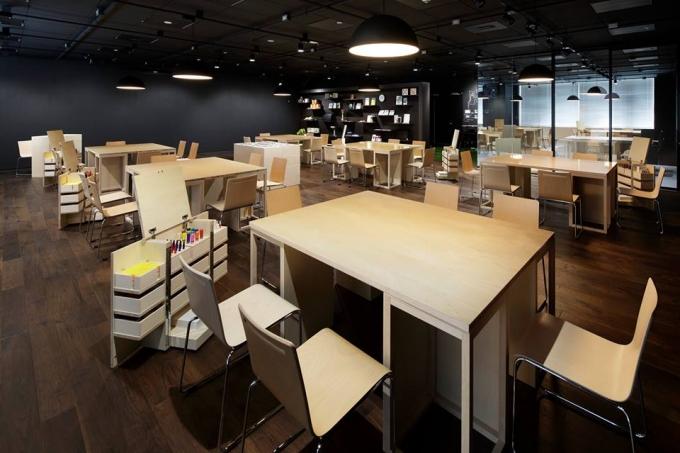 【写真】企業のオフィス。柔らかな光が当たり机と椅子が並んでいる。