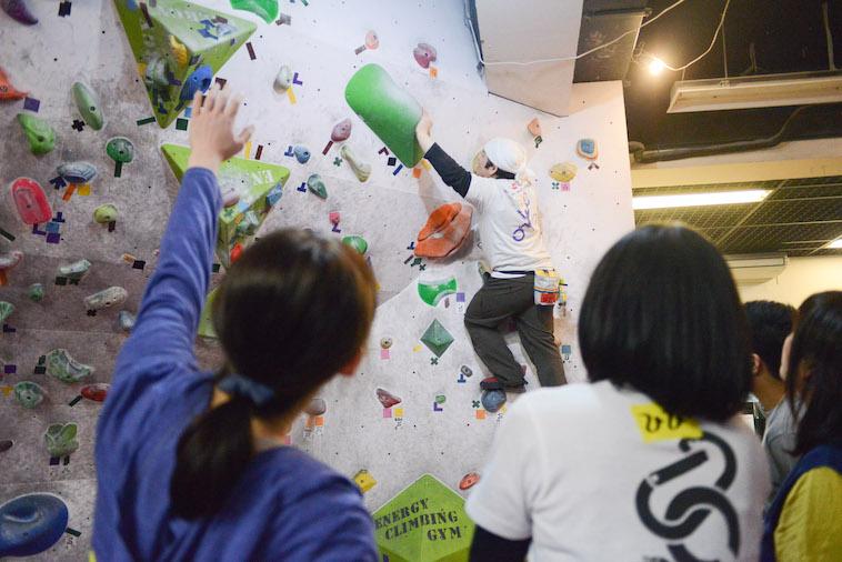 【写真】参加者が実際にクライミングをしている。どうやって次の石に行くか講師の説明を受けている。