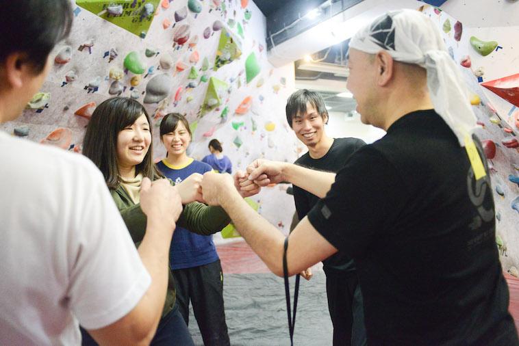【写真】参加者の方と笑顔でグータッチする様子。