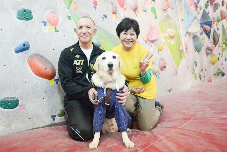【写真】盲導犬のトリトンと笑顔ののぶさんみちぴんさん