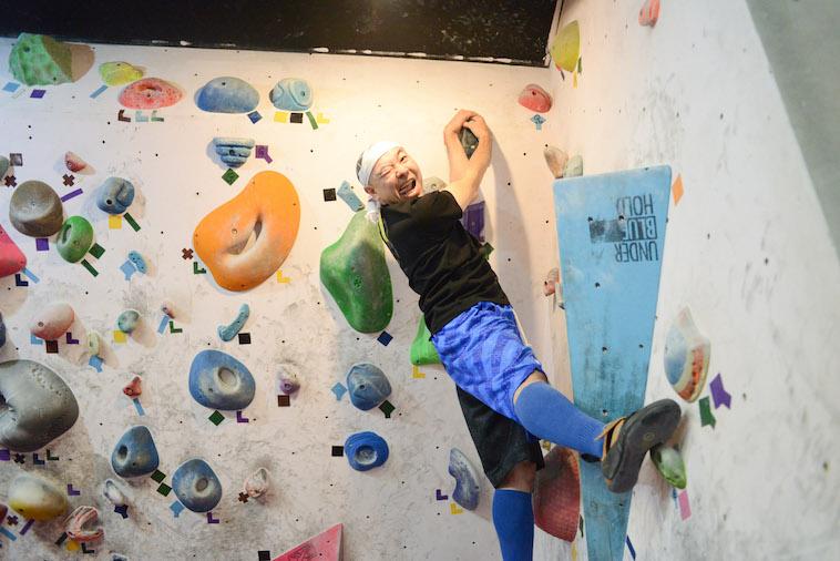 【写真】頂上に登り、笑顔の参加者