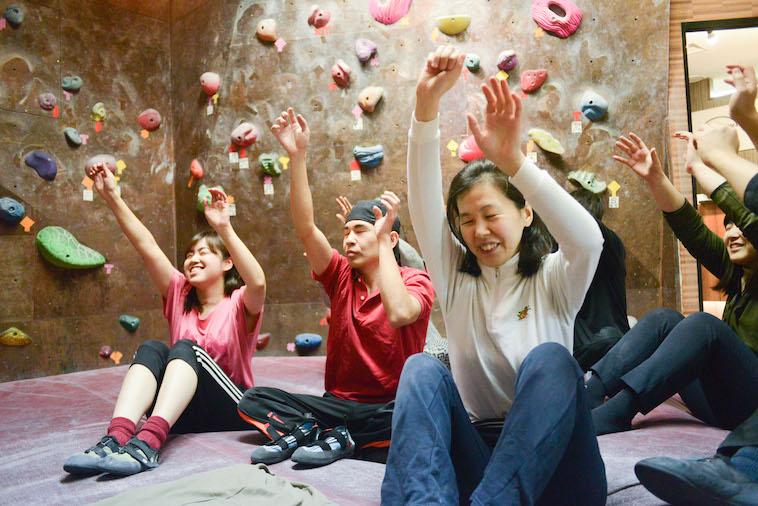【写真】参加者の様子。目を瞑ってクライミングの石をつかむ練習をしている。