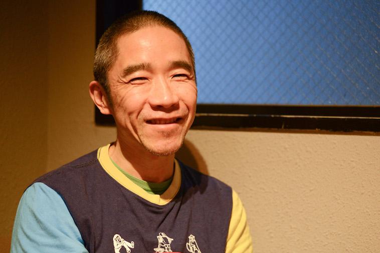 【写真】笑顔でインタビューに応えるこばやしこういちろうさん