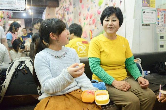 【写真】笑顔で楽しそうに話す小学生の女の子とみちぴんさん