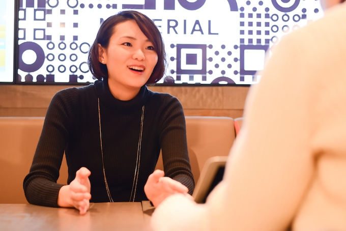 【写真】微笑んでインタビューに応えるえのもとゆりかさん