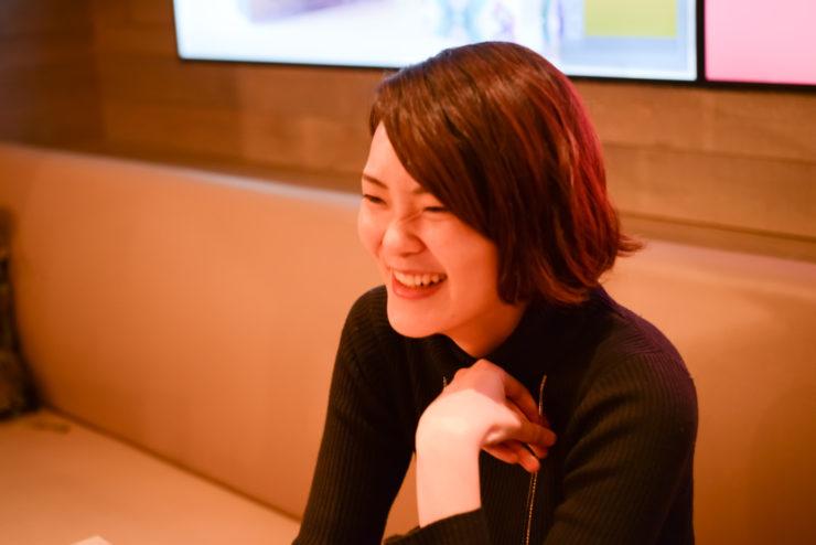 【写真】笑顔でインタビューに応えるえのもとゆりかさん