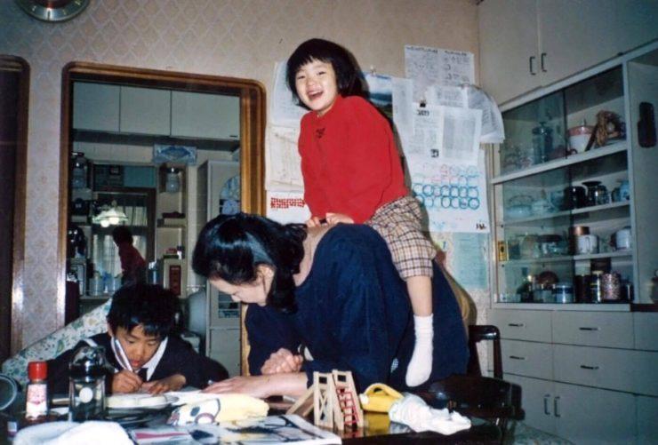 【写真】昭和らしい家具がある家でお母さんに肩車してもらっているえのもとゆりかさん