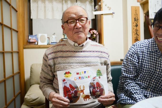 Leafのクリスマス会ではサンタさん役を買ってでた原田さん。子どもたちからのメッセージカードを手に撮影をさせていただきました