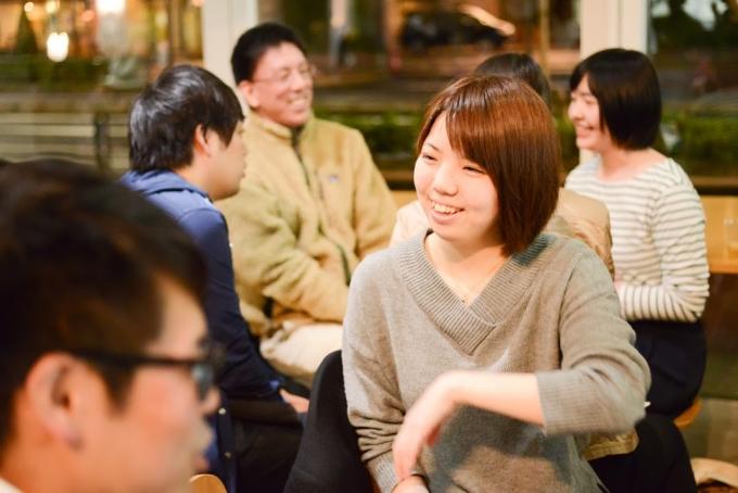 【写真】少人数のグループで笑顔で自己紹介をしあう参加者。あたたかい雰囲気に包まれている。