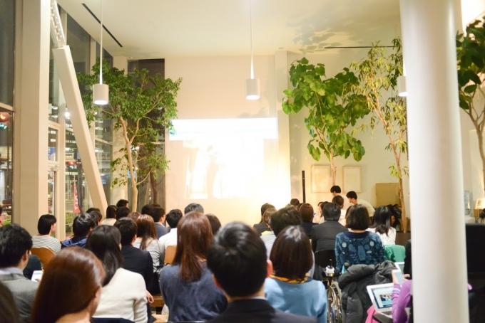 【写真】満員のイベント会場。参加者は真剣に話を聞いている。