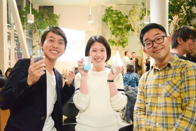 【写真】明るく顔の周りでポーズをとり笑顔を向ける参加者の3人。