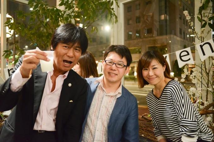 【写真】ドリンクを片手に嬉しそうに微笑む参加者の3人。