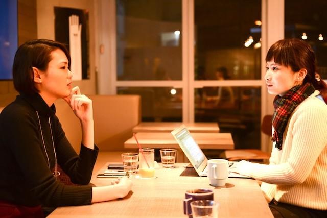 【写真】真剣にインタビューに応えるえのもとゆりかさんとライターのくどうみずほ