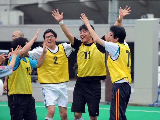【写真】両手を上にあげて喜びを表現する4人の男性。満面の笑みでとても嬉しそう。