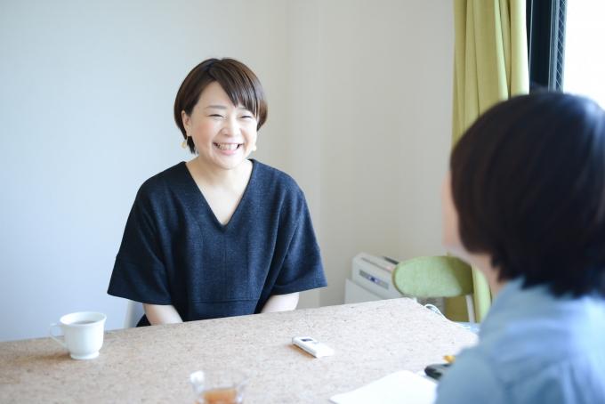 【写真】微笑みながらインタビューに応えるさくらもとまりさん