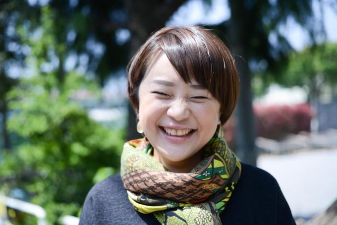 【写真】笑顔でインタビューに応えるさくらもとまりさん