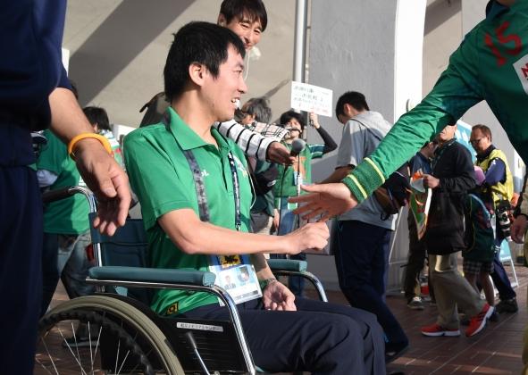 スタジアムでFC岐阜サポーターのみなさんと交流する恩田さん
