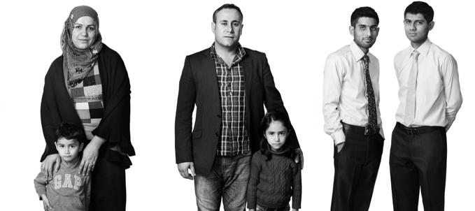 【写真】寄り添う二組の難民の親子と二人の青年