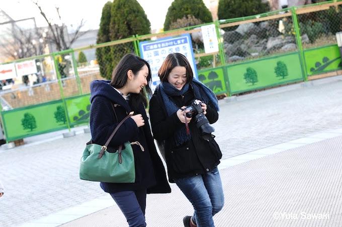 【写真】写真部の活動。カメラで撮った写真を笑顔で確認している。