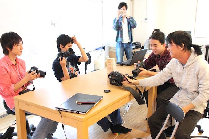 【写真】写真部の活動の様子。それぞれがカメラを持ってきて楽しそうに話している