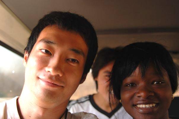 【写真】アフリカの笑顔の子供といまいのりあきさん