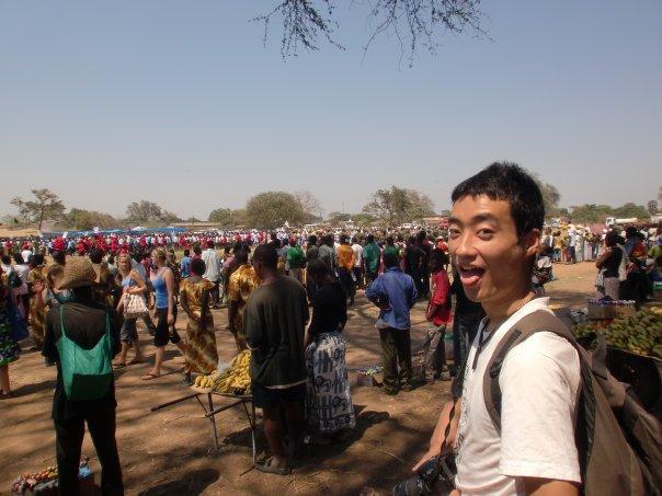 【写真】大学時代に再び海外に行った時のいまいのりあきさん。様々な国の人が歩いている。