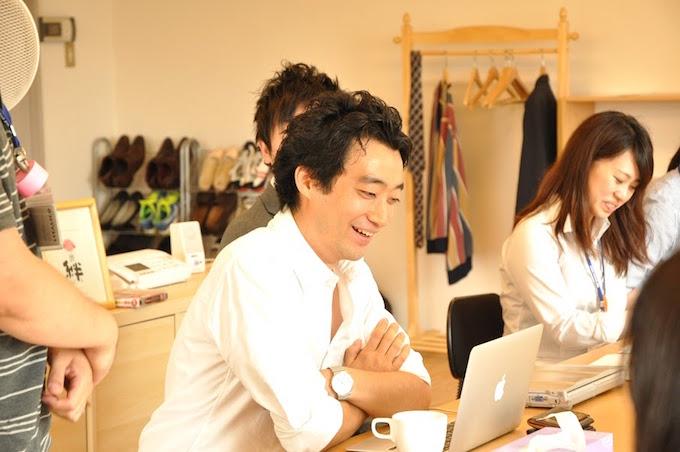 【写真】笑顔でインタビューに応えるいまいのりあきさん