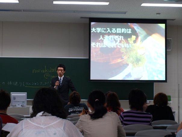 【写真】大学生に堂々とした表情で講演をするいまいのりあきさん